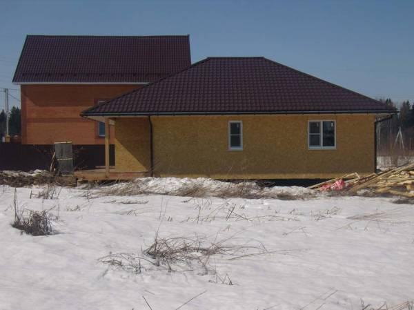 Вид на частный дом с отделкой фасада ОСП панелями.