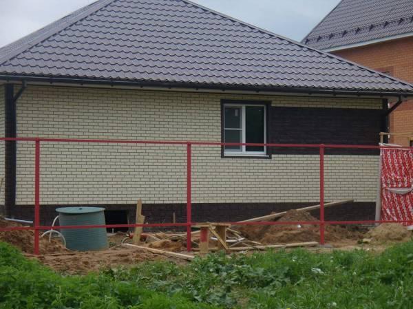 Недорогая отделка фасада дома пластиковыми панелями