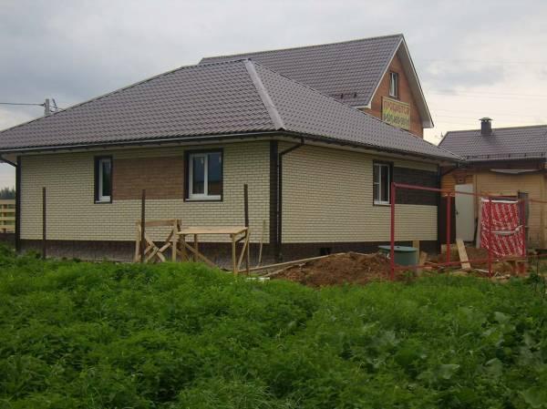 Отделка фасада частного дома под кирпич