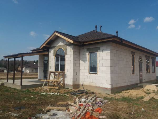 Вид на блочный дом построеный под ключ