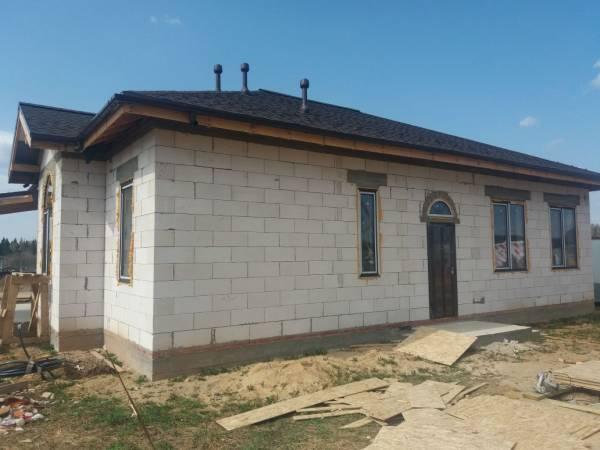 Вид на главный вход дома из блоков
