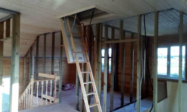 Чердачная лестница в брусовом доме