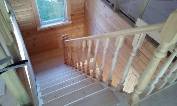 Межэтажная лестница в брусовом доме