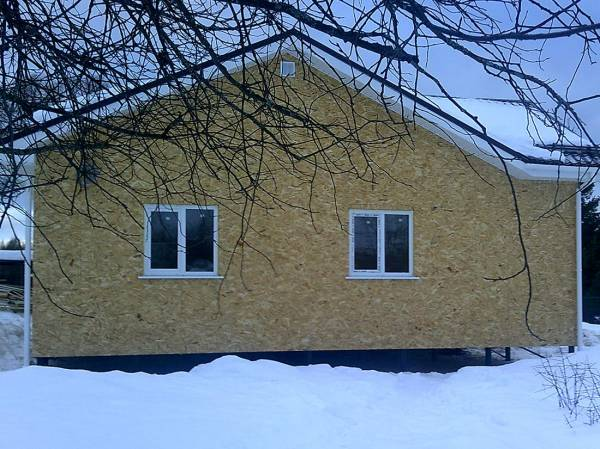Вид на дом строительство зимой
