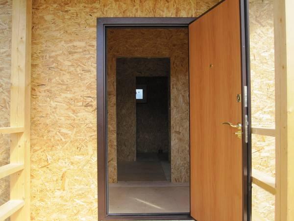Входная металлическая утепленная дверь в доме 6х8.