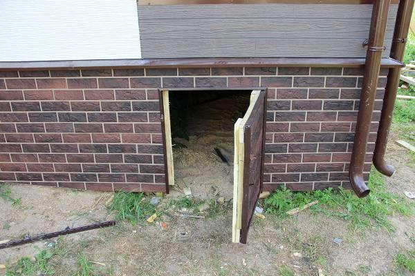 Дверца в цоколе