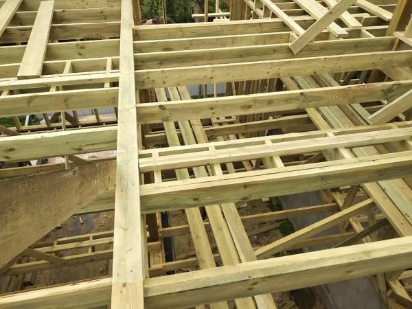 Межэтажное перекрытие выполнено из строганной доски 50х200мм