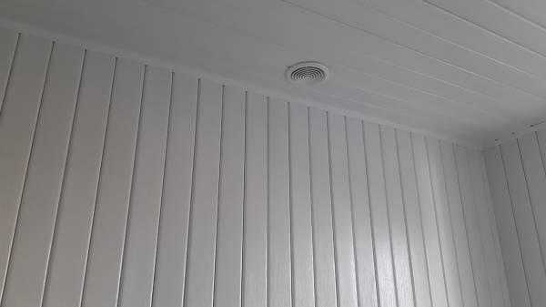 В санузле отделка стен и потолка