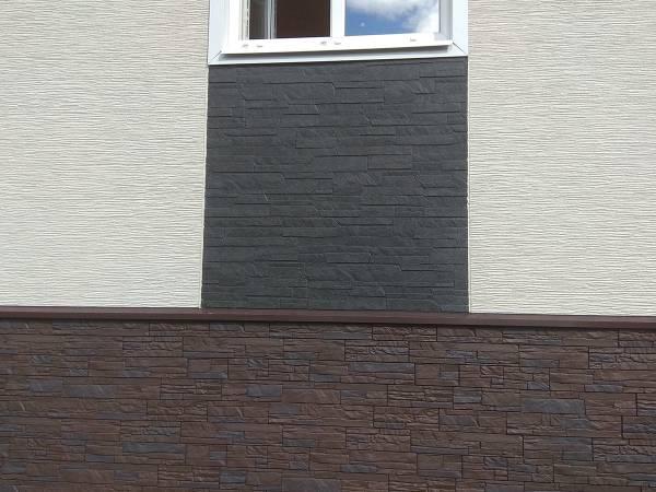 Отделка фасады выполнена из фиброцементных панелей KMEW