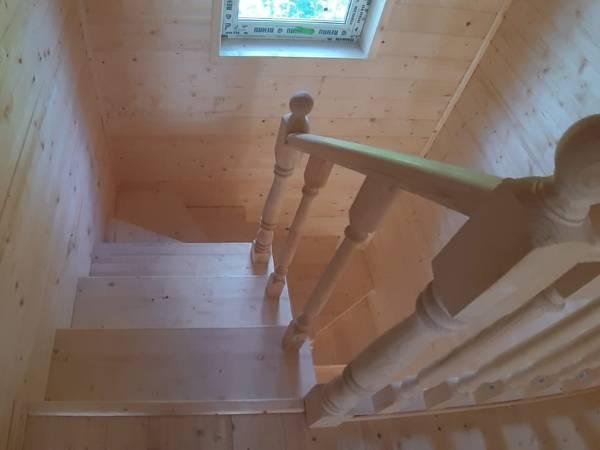 В каркасном доме установлена чистовая лестница с косоуром
