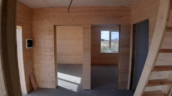 Внутренняя отделка стен выполнена из имитации бруса.