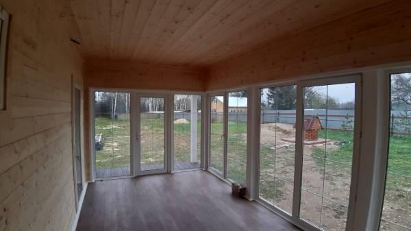 В доме сделана просторная застекленная веранда