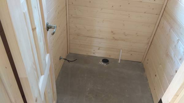 В санузле на полу смонтирована цементно-стружечная плита